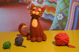 Игривый кот из пластилина