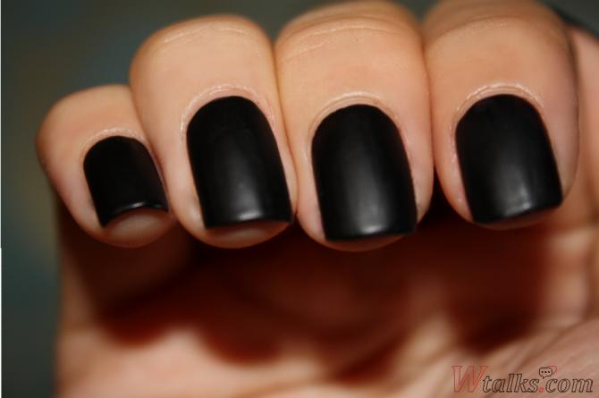 Фото темный лак на ногтях