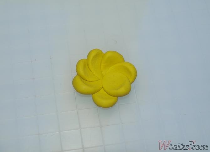 Лепка из пластилина с детьми: цветы шаг 2
