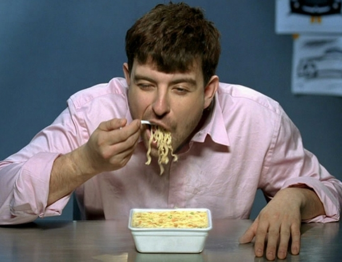 мужик кончает в тарелку с едой