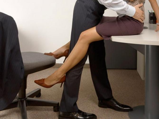 Секс на стуле в офисе