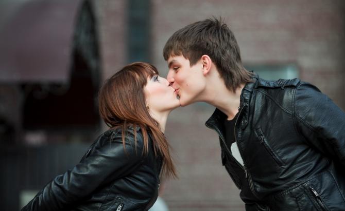 Жесты парня во время поцелуя секса