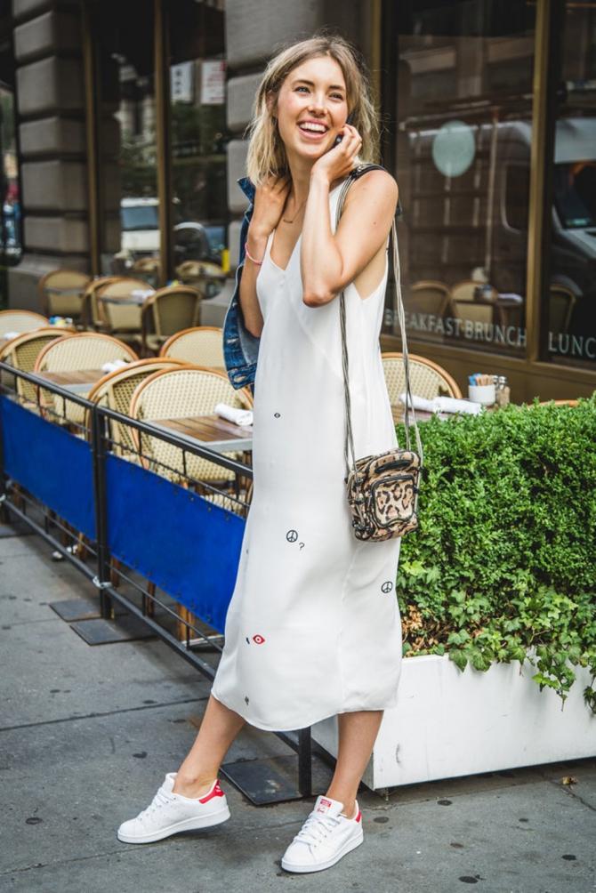 Джинсовая платья с кедами