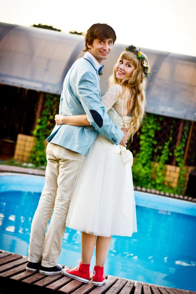 Невеста в платье и кедах